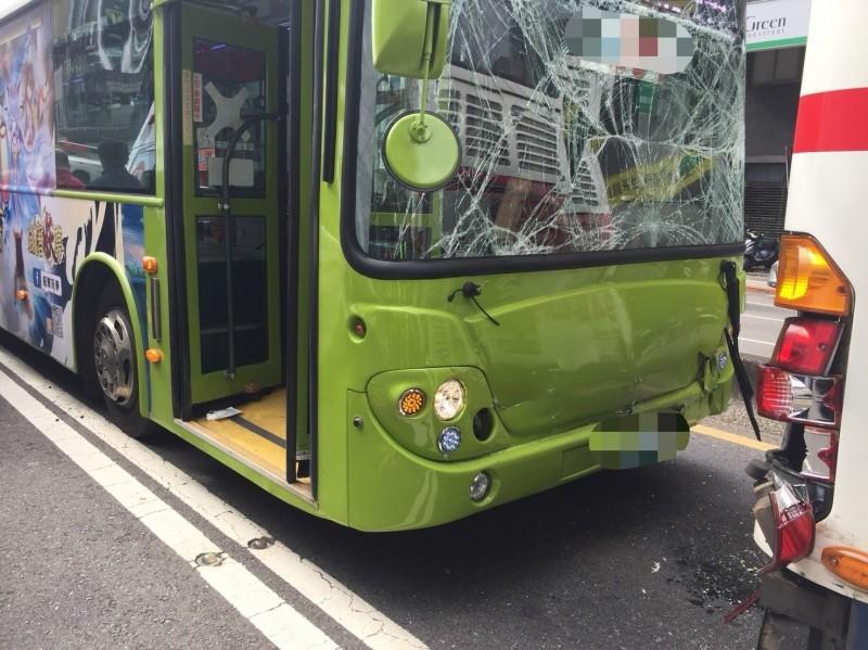 台北市重慶北路二段今日上午發生公車推撞情事。(記者劉慶侯翻攝)