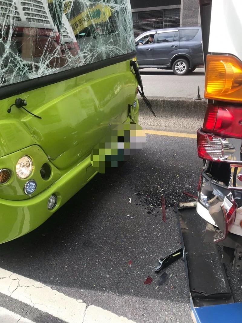 台北市重慶北路二段今日上午發生公車推撞情事(記者劉慶侯翻攝)