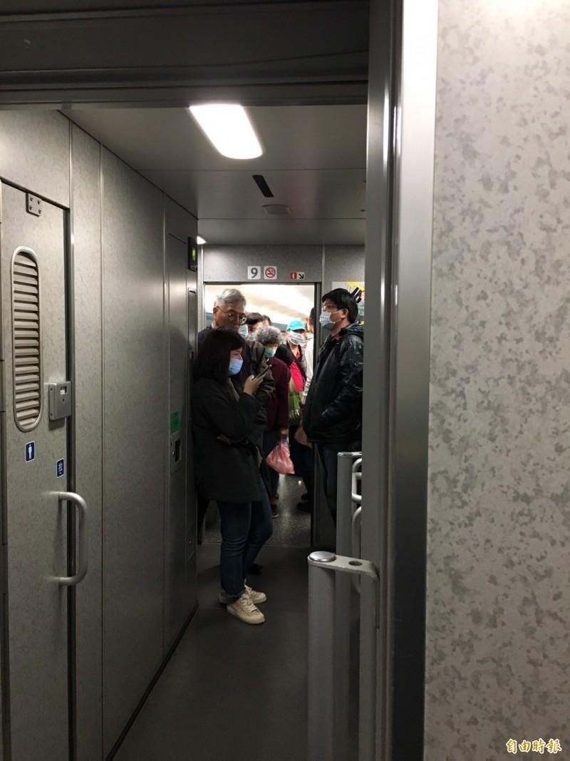 武漢肺炎有擴散趨勢,大眾運輸乘客紛紛戴上口罩。(記者楊綿傑攝)