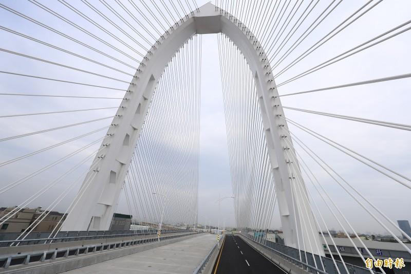 台中「科湳愛琴橋」今通車,中科到水湳省20分鐘車程。(記者蘇孟娟攝)