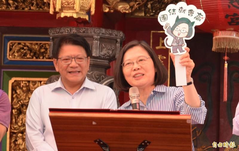 小英總統大年初二回故鄉楓港發放由她及副總統陳建仁署名的2020年「攜手同心,臺灣前進」福袋。(記者李立法攝)