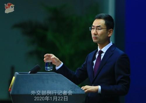 中國外交部發言人耿爽(見圖)今表示「沒有人比中國中央政府更關心台灣同胞的健康」,並在台灣參與WHO一事上重申「一中原則」。(取自中國外交部網站)