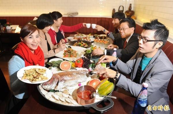 本月24日為除夕夜,許多民眾這天會在老家與親友相聚,吃下團圓飯、圍爐。(資料照)