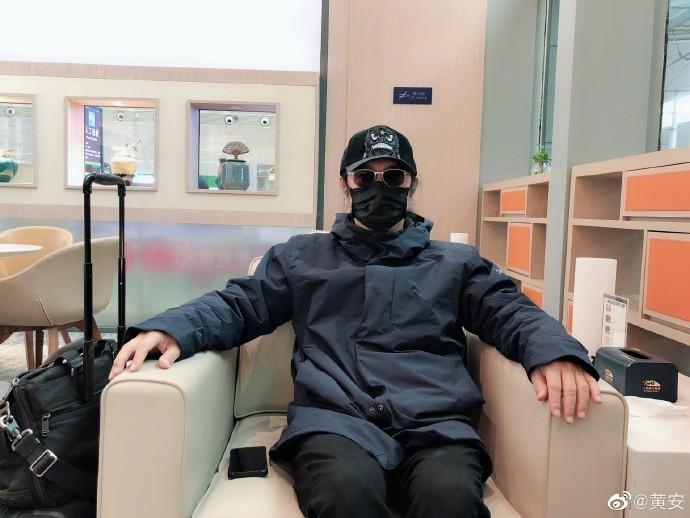 黃安在微博貼出配戴口罩的照片,慶幸沒買到高價口罩。(圖取自黃安微博)