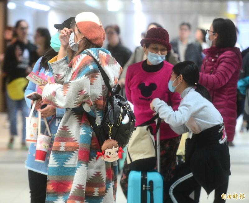 目前在台8團、130名武漢旅客部分,觀光局均有掌握動態,已要求領隊、導遊每日掌握旅客體溫及身體狀況有無異常,定期通報,並要求團員於密閉空間要配戴口罩。圖為台北車站許多旅客紛紛戴上口罩。(記者王藝菘攝)