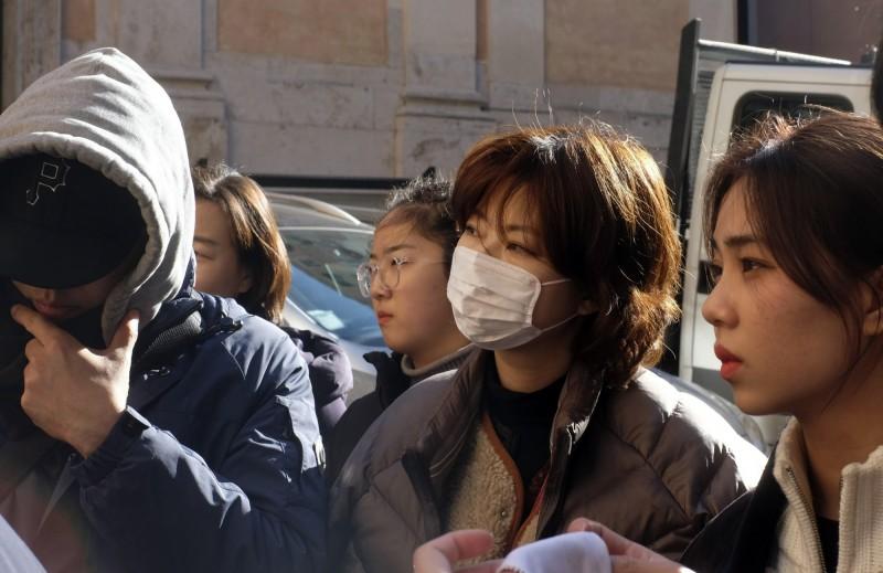 武漢當地疫情嚴重,目前已釀9人死亡。武漢民眾示意圖。(歐新社)