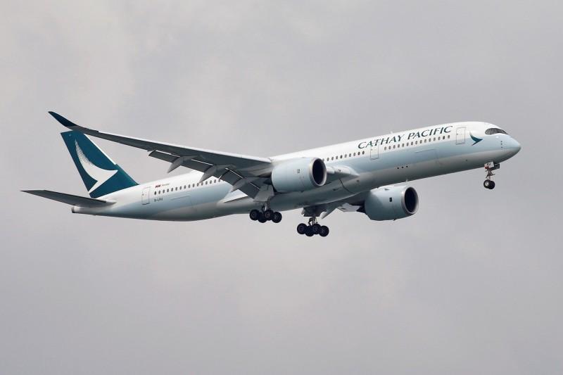 因應武漢肺炎威脅,香港國泰航空今(22日)宣布將允許中國航班的空服員戴口罩。(路透)