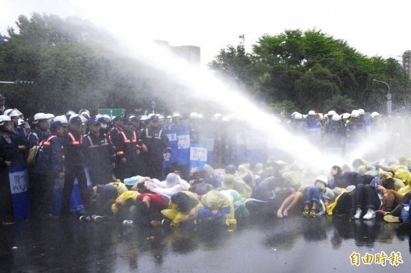 2014年4月終結核電還權於民大遊行佔領忠孝西路,警方清晨出動鎮暴水車將民眾驅離。(資料照。記者陳志曲攝)