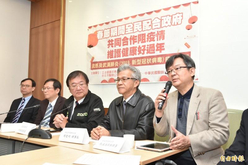 民進黨立委邱泰源(中)等人今(22日)舉辦「共同合作阻疫情 維護健康好過年」記者會。 (記者塗建榮攝)