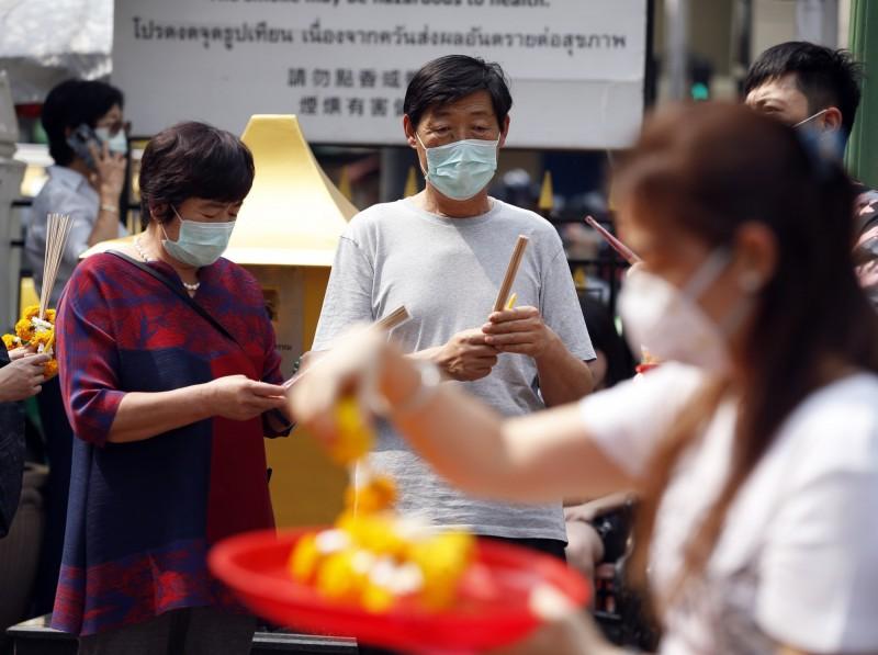 泰國確認境內出現第4起武漢肺炎病例,其中1人為泰國公民。圖為泰國曼谷民眾外出紛紛戴上口罩。(歐新社)