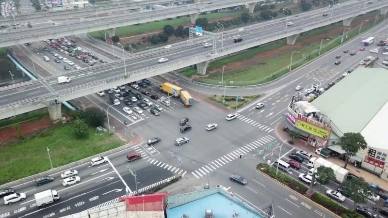 龜山警分局出動空拍機,監控轄內國道一號林口交流道及周邊路口交通狀況。(記者鄭淑婷翻攝)