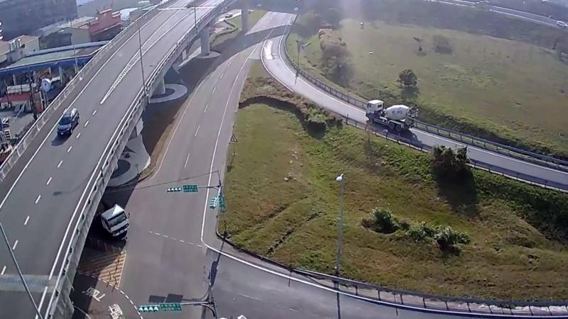 八德警分局出動空拍機,國道二號大湳流道及周邊路口交通狀況。(記者鄭淑婷翻攝)
