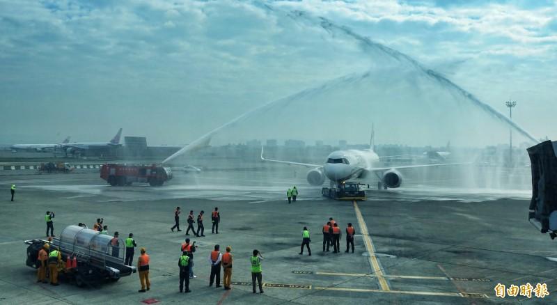 在消防水柱噴灑儀式中,慶祝星宇航空首航順利。(記者劉信德攝)