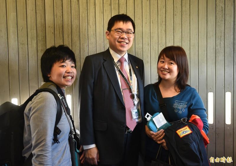董事長張國煒在登機口與參與首航民眾合影。(記者劉信德攝)