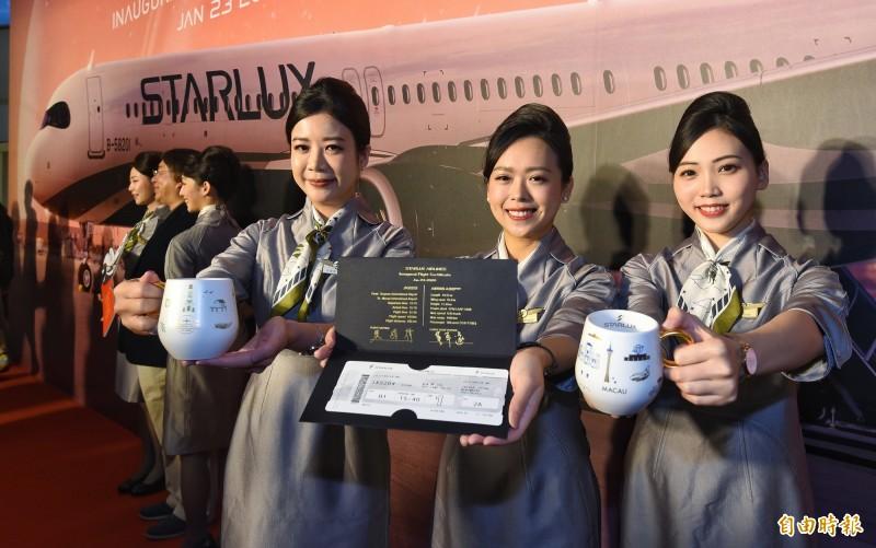 搶到首航機票的民眾,還可獲得董事長張國煒親筆簽名的登機封,登機時還有驚喜小禮物首航杯,讓參與首航的民眾直呼賺到了。(記者劉信德攝)