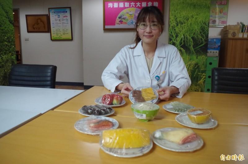聖馬爾定醫院營養師吳佩蓉建議,可善用包裝袋的熱量標示,以防吃進過多熱量、身材走樣。(記者王善嬿攝)