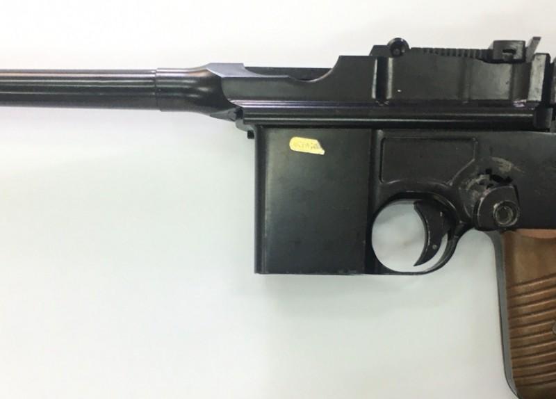 21日有年輕男子在區間車上把玩玩具槍,鐵警獲報後隨即找到人並查扣槍枝,訊後依違反社維法函送桃園地院簡易庭裁處。(記者鄭淑婷翻攝)