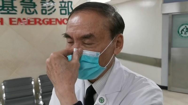 彰基副院長周志中提醒民眾,戴口罩時口罩鐵條與鼻子接觸點一定要緊貼,要按壓密合。(記者張聰秋翻攝)