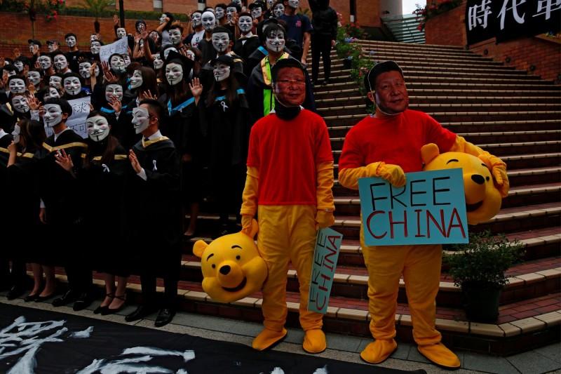 中國政府「老大哥」監控延伸至海外,武漢一名美國明尼大學留學生因推文涉批評「國家領導人」,回中國後被判刑6個月。圖為去年香港民眾著裝小熊維尼對北京抗議。(路透)