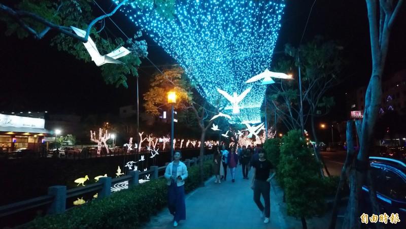 屏東市年溪綵燈節如夢似幻,超美的花燈藝術在春節連假首晚吸引賞燈人潮。(記者李立法攝)