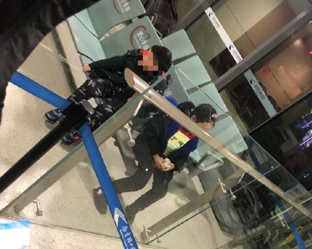 兩個幼童被父母拋下無助的在機場等待。(圖片擷取自微博)