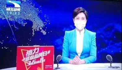湖北經視主播示範如何正確配戴口罩出門,藉此呼籲大家出門要配戴口罩。(圖片擷取自微博)