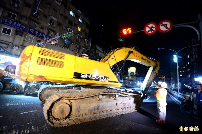 拆除台北市中正橋引道,晚間九點開始大型機具進入,準備拆除作業。(記者王藝菘攝)