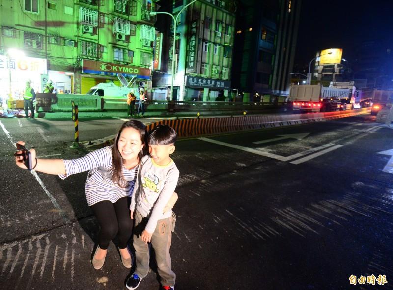 拆除台北市中正橋引道,拆除前民眾在橋下拍照。(記者王藝菘攝)