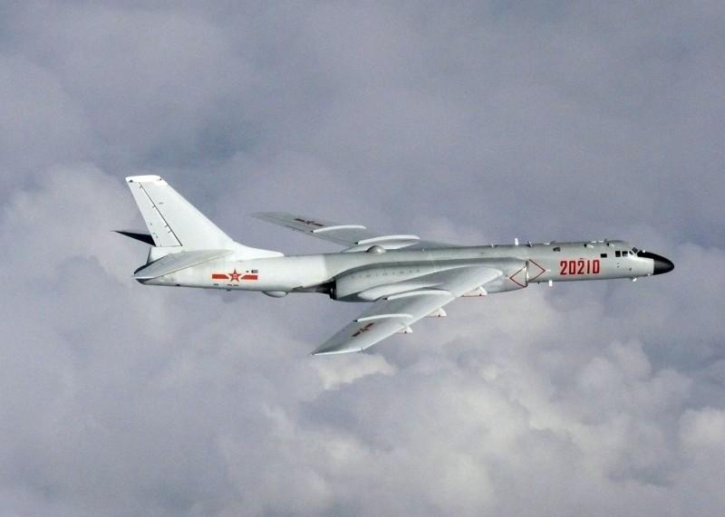 中共空警500、轟6等型機,上午由中國南部陸續出海,飛經巴士海峽航向西太平洋,進行遠海長航訓練活動。轟6示意圖。(歐新社)
