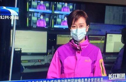 湖北主播、記者在播報新聞時配戴口罩。(圖片擷取自微博)