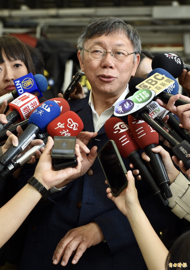 國民黨市議員王鴻薇喊出藍白共推立法院長,宣示在野合作的意義,制衡執政黨,另有某媒體民調「白藍在野大聯盟」支持者達80%,對此,台北市長、台灣民眾黨主席柯文哲今早於媒體聯訪時說,不用刻意為了制衡而制衡,「以前開玩笑說藍白拖是打蟑螂用的。」(記者羅沛德攝)
