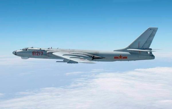國防部今(23)日表示,中共空警500、轟6等型機,23日上午由中國大陸南部陸續出海,飛經巴士海峽航向西太平洋。圖為中國轟-6戰略轟炸機。(路透資料照)
