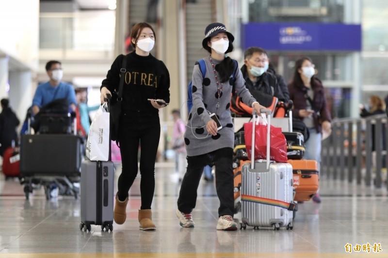 武漢肺炎疫情升溫,中國宣布全面管制交通運輸工具「進出武漢」,圖片為桃園機場,許多旅客都戴上口罩。(資料照)