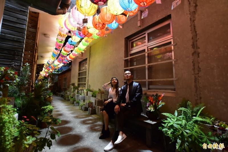 迎新年,新竹縣竹北市新瓦屋創藝聚落古樸的巷道中,高掛了500多盞璀璨繽紛的彩繪燈籠,如繁星照耀園區巷道,帶給市民滿滿幸福感。 (記者廖雪茹攝)