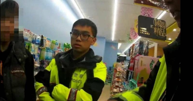 警方關懷臥倒超商酒醉男子,意外發現其遭通緝。(警方提供)