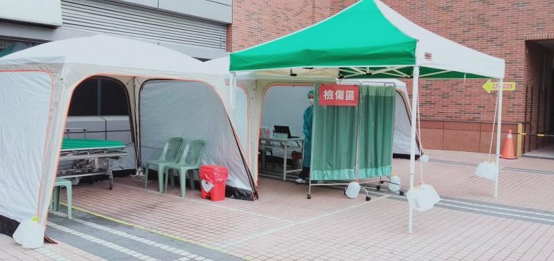 為因應疫情,新竹市急救責任醫療院所於戶外發燒篩檢站帳棚。 (新竹市政府提供)