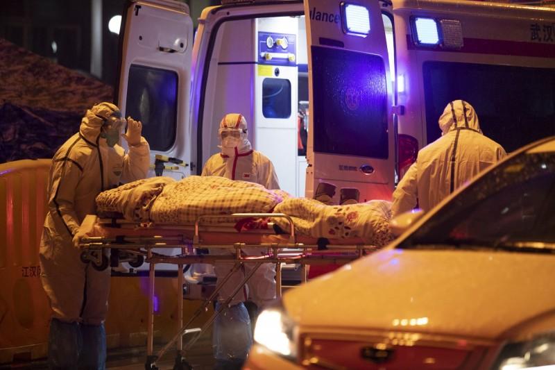 武漢傳出有另一種肺炎病毒。圖為武漢紅十字醫院醫護人員23日轉送一名病患。(歐新社)