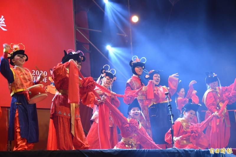 歡樂宜蘭年精彩表演,與民眾守歲迎新年。(記者游明金攝)