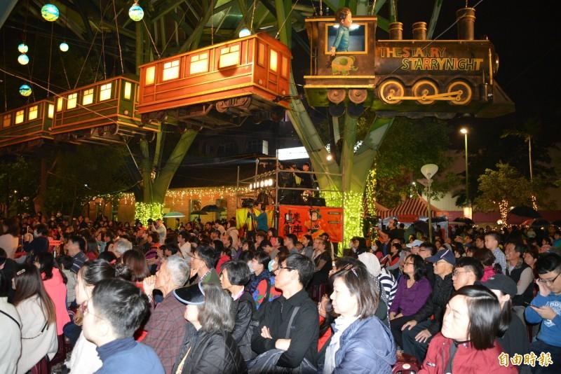 歡樂宜蘭年除夕守歲晚會,今晚於宜蘭市丟丟噹森林廣場舉行,飛天小火車下擠滿人潮。(記者游明金攝)