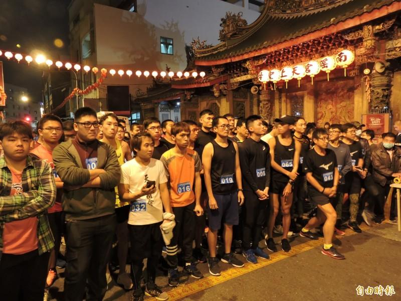 彰化市南瑤宮「路跑拜頭香」活動,吸引600多人前來參加。(記者林良哲攝)