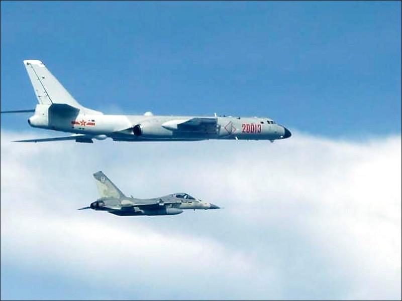 中國轟六轟炸機小年夜上午由中國大陸南部陸續出海,飛經巴士海峽航向西太平洋,進行遠海長航訓練;圖為國軍戰機伴飛監偵中國轟六轟炸機的資料照,非本次事件。(資料照,國防部提供)