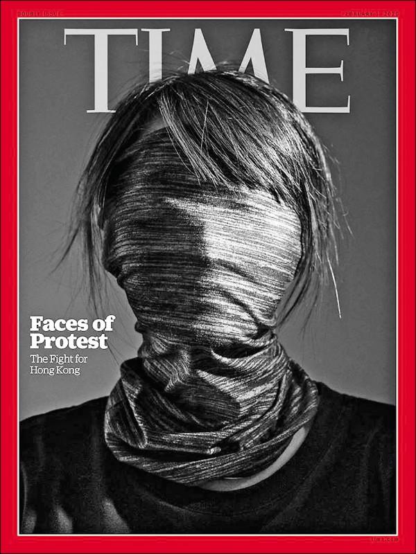 在美國總統川普表示將香港民主運動納入第二階段美中貿易談判之際,香港「反送中」示威者也登上美國時代雜誌(TIME)最新一期國際版封面。時代封面是一名以面巾將整臉蒙住的少女,標題為「抗議的臉孔︰為香港而戰」(Faces of Protest:The Fight for Hong Kong)。   封面故事以「『我絕對不會退縮』︰認識香港抗爭運動核心的年輕人」為題,訪問多名年齡介於十六歲至二十三歲的香港抗爭者,其中一名二十歲的示威者表示,他本來是「和理非」,但當數以百萬計的港人上街抗議,港府卻仍然無動於衷後,他決定加入所謂的「勇武派」;他們不會放棄,因為他們不能再輸。(取自時代雜誌網站)