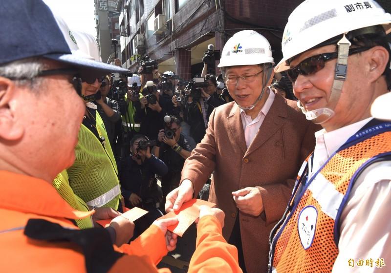 台北市長柯文哲24日除夕視察中正橋改建工程作業進度,並發紅包慰問辛勞的工程人員等。(記者簡榮豐攝)