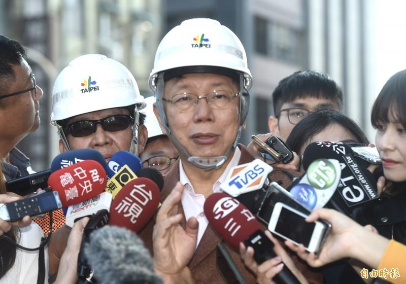 台北市長柯文哲24日除夕視察中正橋改建工程作業進度,並接受媒體訪問。(記者簡榮豐攝)