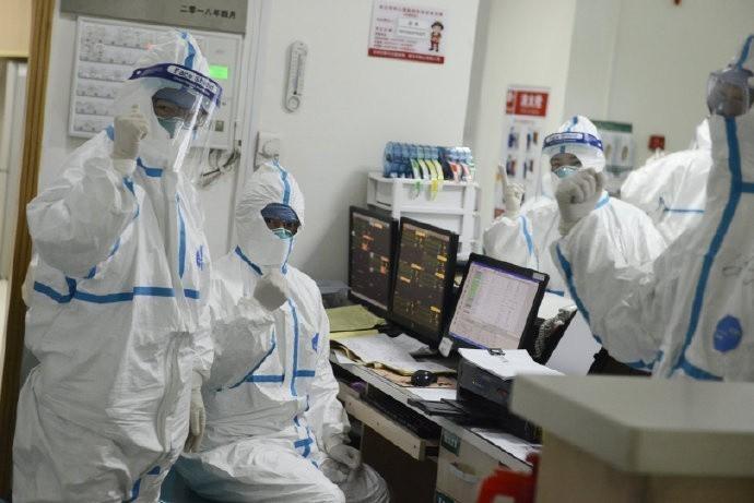 世界衛生組織(WHO)拒絕將武漢肺炎宣告為「國際關注公共衛生緊急事件」,認為在中國境外病例很少,現在宣告為時過早。圖為武漢的醫護人員穿上全套防護衣全面戒備。(路透)