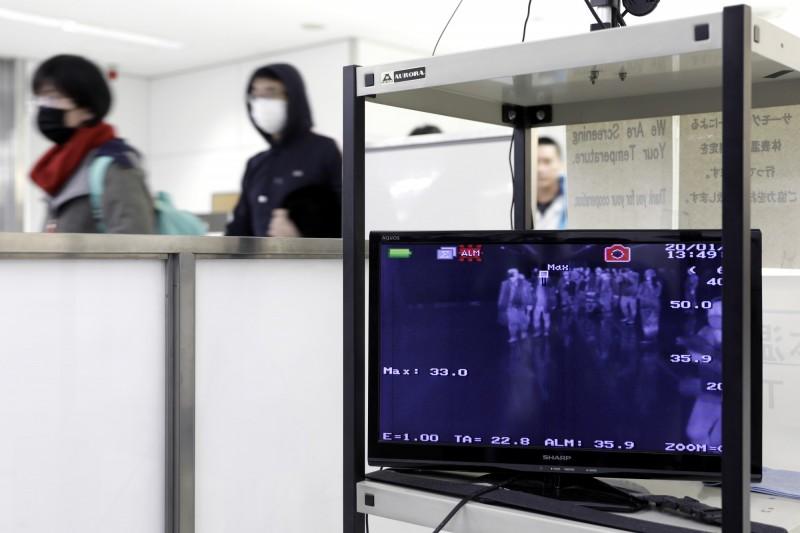 日本防疫等級再上修,今外交大臣茂木敏充宣布,武漢肺炎傳染病危險提醒級別升至第3級「勿前往當地」的次高等級。(彭博)