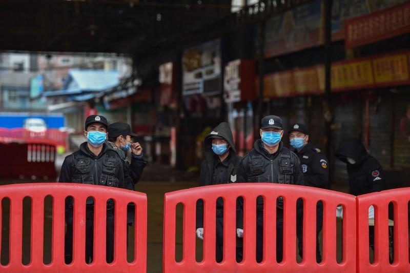 武漢肺炎已擴散到世界各地,中國今日已確認至少有800起例病例、26人死亡,中國政府隱瞞疫情的說法甚囂塵上。(法新社)