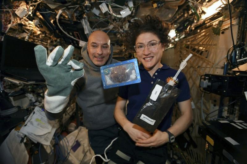 太空人在國際太空站上,利用無重力烤箱嘗試烘烤餅乾,經歷3次失敗後,在第4次烤了2小時才大功告成,不過在地球上僅需20分鐘即可。(美聯社)