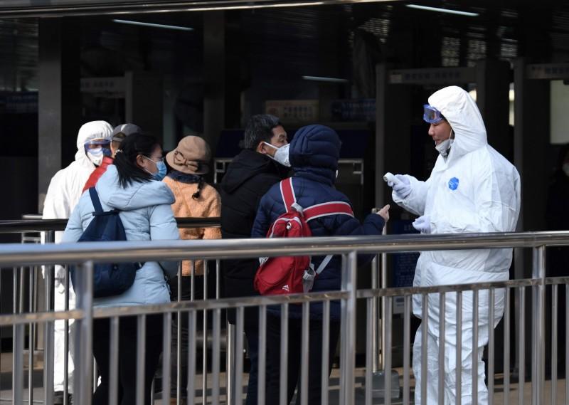 中國感染武漢肺炎人數持續攀升,而中國當局也下令要求民眾提供線索,對在防疫工作上緩報、瞞報或漏報等敷衍塞責的官員進行「嚴肅處理」。(法新社)