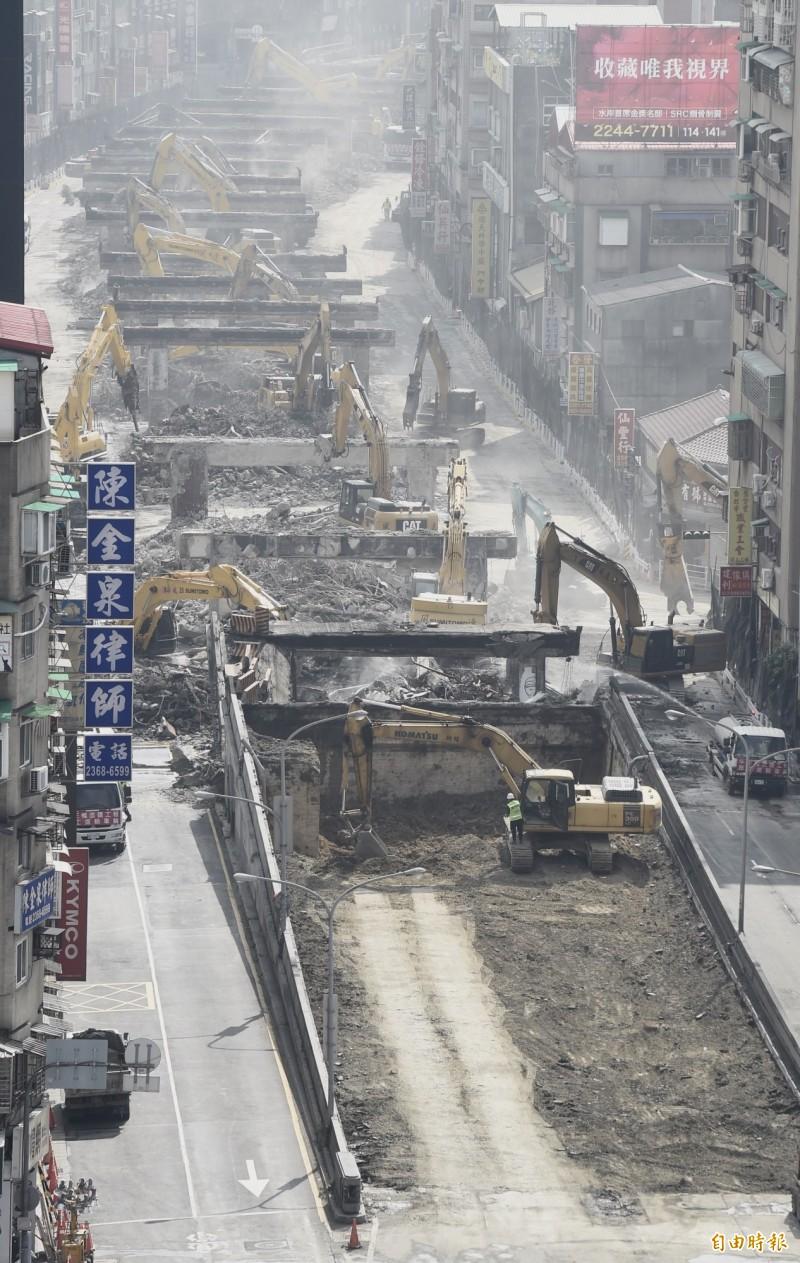 中正橋引道可望在初三完成拆除並在晚間7點開放通車。(記者簡榮豐攝)